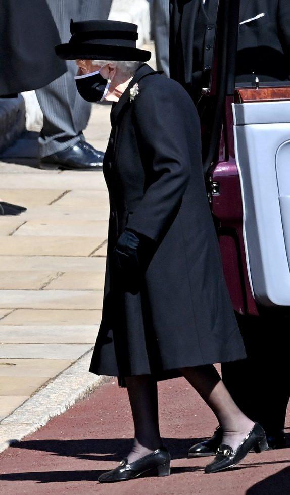 Reina Isabel en funeral de Felipe