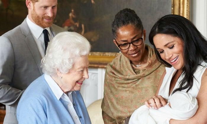 Elizabeth II, Meghan Markle y su bisnieto Archie