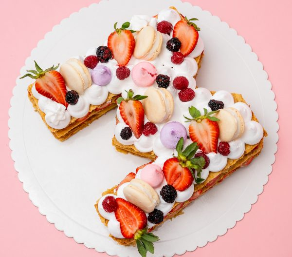 Milhojas de Fresa relleno con pastelera, fresas y crema chantilly