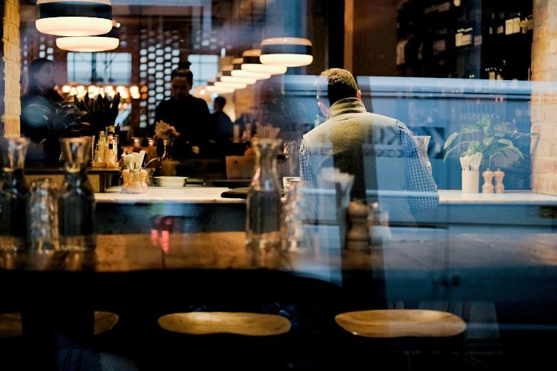 personas en restaurant
